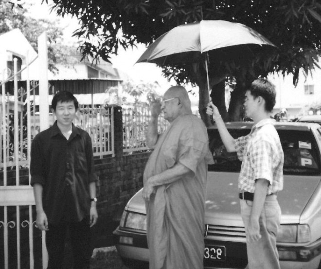 Bro. Tan welcoming the Late Ven. K Sri Dhammananda to Sri Serdang in 2000.