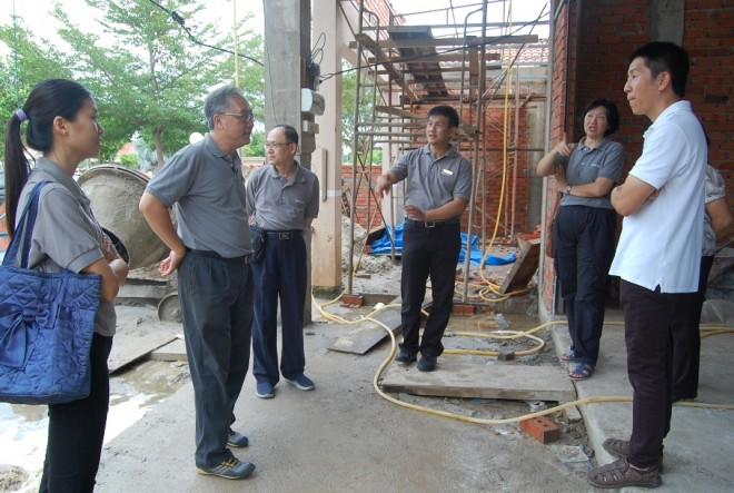 Project Architect Bro. Fong briefing Bro.Tan on the progress of construction work.
