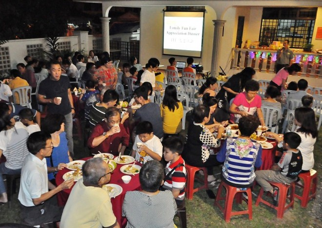 Organising Chairman Bro. David Yap welcoming volunteers and stall operators to the appreciation dinner.