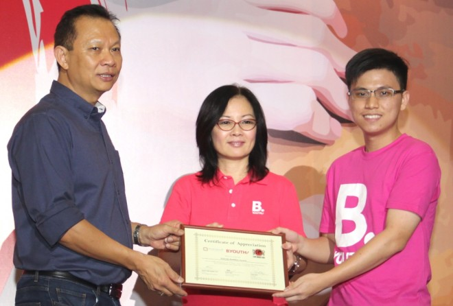 Bro. Disheng (right) accepts a certificate of appreciation from the organisers of Stop Hunger Now on behalf of his team.