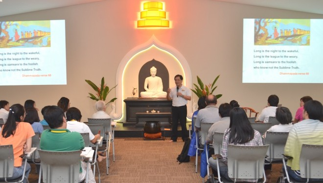 The lecturer gave the students an overall view of the history of Buddhist scriptures.