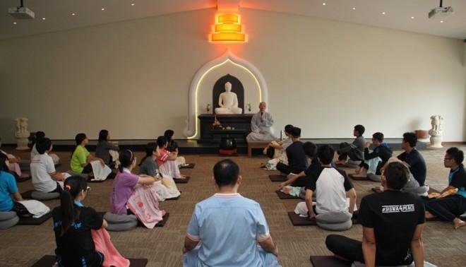 Bhikshuni Ji-Chi teaching meditation to the undergraduates.