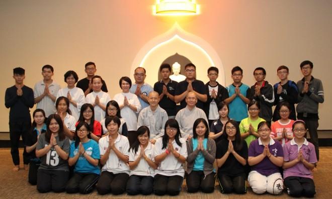 The venerables, UPM undergraduates, and Nalandians came together for a one-day retreat at Nalanda Centre.