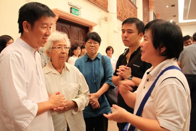 Bro.Tan comforting the family members of the late venerable.
