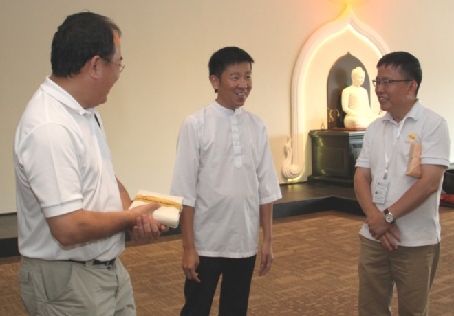 President of Firefly Mission Dr. Ng (left) and its Deputy President Bro. Arnold (right) chatting with Bro. Tan after the talk.