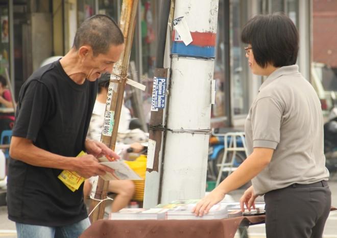 Nalandian giving out pamphlets at Seri Kembangan market.
