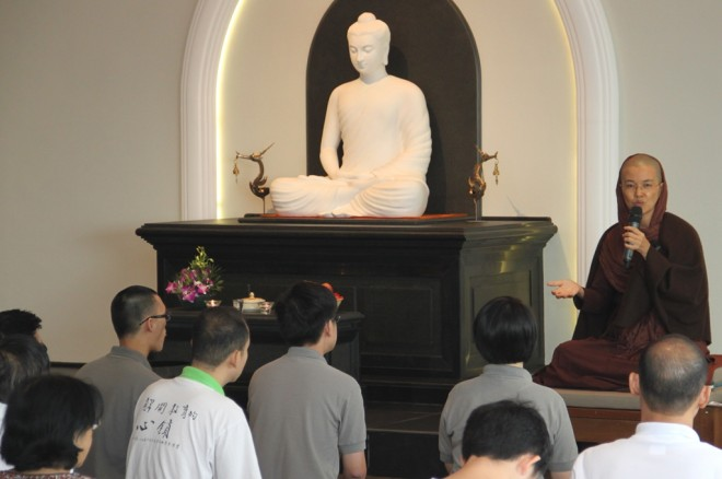 Ayya Susīlā urged devotees to be aware of their restless minds and to live in the present moment.