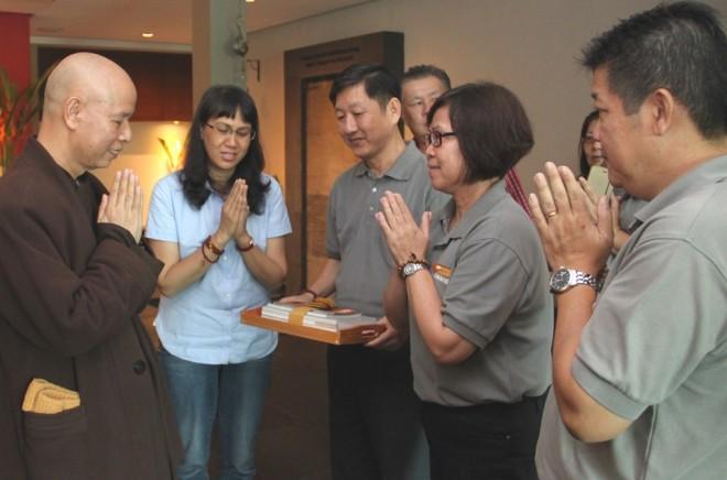 Ven. Thich Thai Hoa receiving a souvenir from Nalanda President Sis. Evelyn.