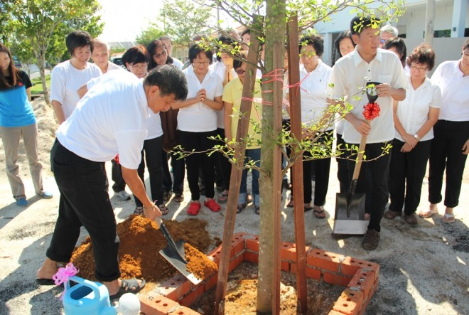 Kedah Branch Chairman Bro. Khaw Seng Giap planting the tree.