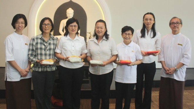 BPS 303 participants receive prizes for 'Best Group Assignment'.