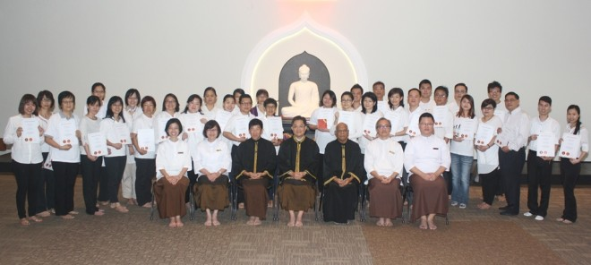Convocation group photograph of  Achariya Tan Ho Soon, Achariya Vijaya Samarawickrama, Achariya Tan Siang Chye, Bro. Ananda Fong and participants of BPS 101 - Buddhist Studies in Mandarin.