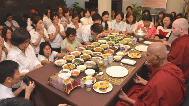 Many devotees came to offer lunch 'dāna' to the venerables after Service Sunday.
