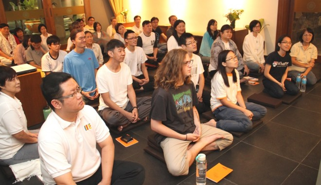 Devotees were keen to learn more about mindful meditation from Ven. Mangala.