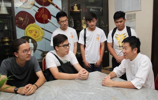 Bro. Tan sharing the history of Buddhist Māha Vihāra with Nalandian youths.