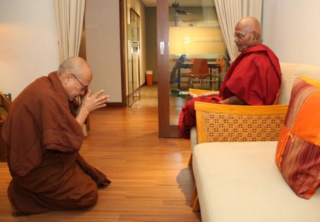 Ven. Mahinda also paid a visit to Ven. Gunaratana.
