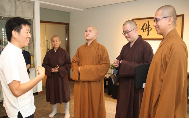 The venerables exchanging views with Bro. Tan on the development of Buddhist education in the country.
