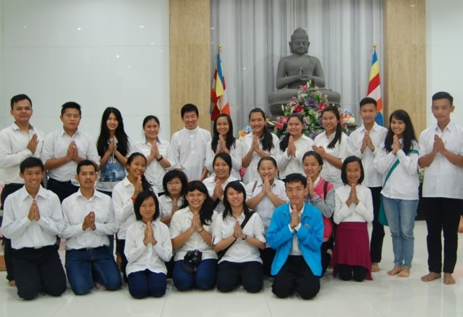 A group of young Indonesian Buddhists requested a photograph with Bro. Tan after the talk.