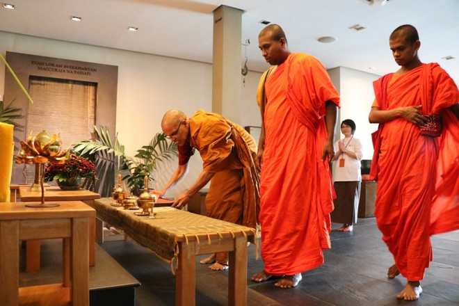 Ven. Ariyadeva,  Ven. Swarnajothi and Ven. Wineetha make offerings to the Three Jewels.
