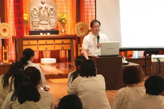 Achariya Tan Siang Chye giving an interesting   Dhamma talk on how to in accordance Dhamma.