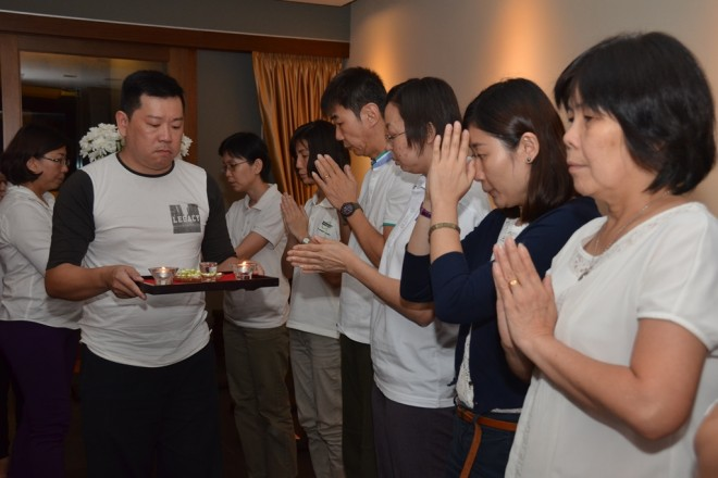 The Memorial Service commenced with offerings to the Three Jewels.