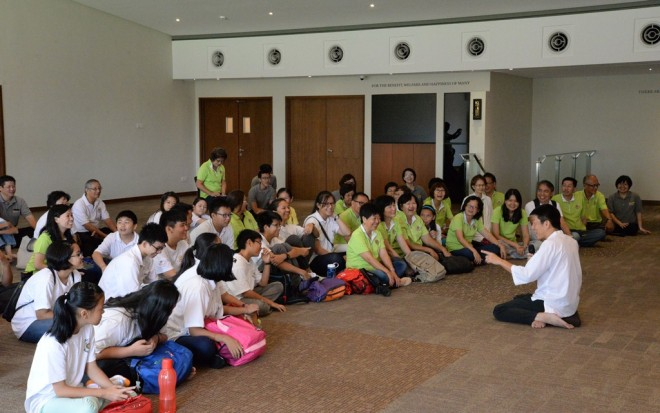 Bro. Tan sharing the Dhamma with the visitors.