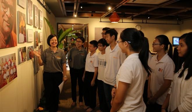 Exhibition Co-ordinator Sis. Hui Shean introducing Nalanda Dhamma School students to the late venerable.