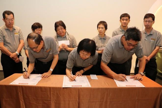 Deputy Chairmen signing their pledge.