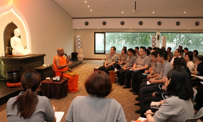 Vnerable Saranankara sharing his thoughts with Nalanda leaders.