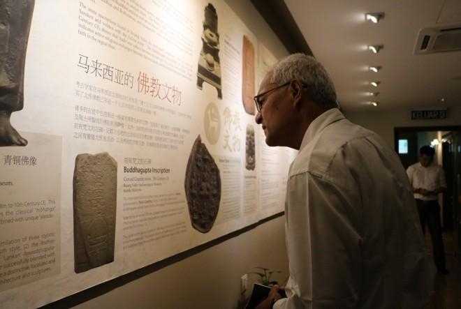 Looking at historical finds at the Langkasuka Lounge.