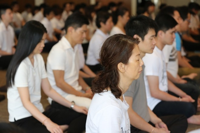 Devotees do a short sitting to calm their minds before the Sutta study session.