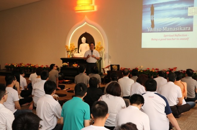 Achariya Siang Chye giving a Dhamma talk on wise reflection.