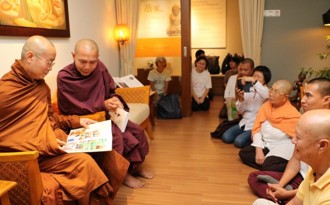 Sharing ideas with devotees, which included family members of Venerable Vijaya.
