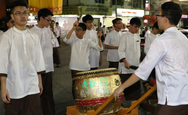 The procession was accompanied by the harmonious and rhythmic beat of drums and gongs.
