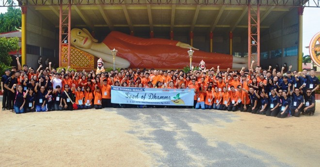 The camp participants enjoying their outing to Wat Pothivihan in Tumpat.