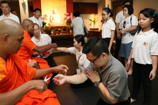 After lunch, devotees lined up to obtain blessings from Sangha members in the Shrine Hall.