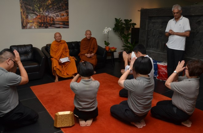 Nalandians offering thanks to Ven. Dhammavuddho for his great encouragement and blessings.