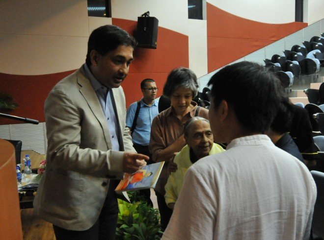 Prof. Tansen having a chat with Bro. Tan after the lecture.
