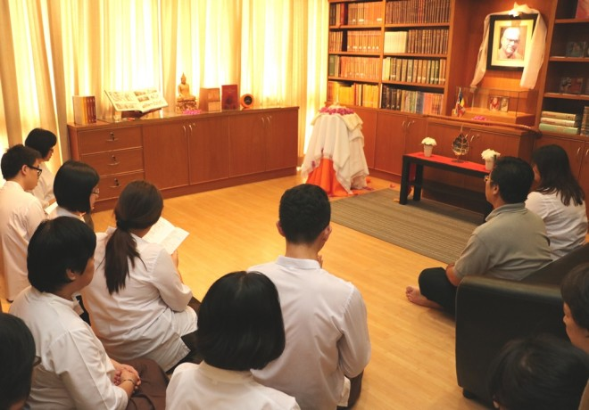 Nalandians took turns to recite suttas and meditate in the presence of the Holy Relic.