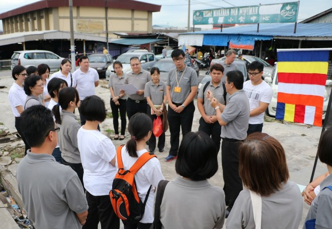 Programme co-ordinator Bro. Vincent Lee briefing Nalandian volunteers.