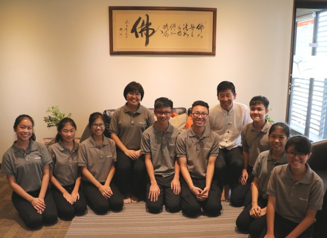 The new student officers went to pay respects to teacher Bro Tan.