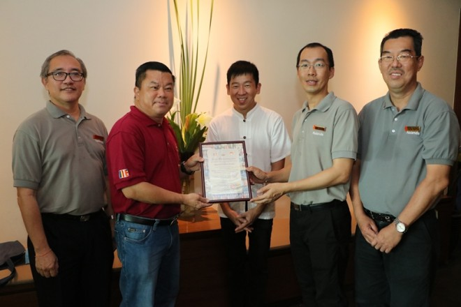 Bro. Loka Ng presenting a Certificate of Appreciation to Nalanda's Honorary Secretary Bro. Pee.