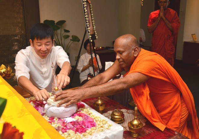 Ven. Sri Saranankara and Bro. Tan unveiling the Buddha-Relic Casket.
