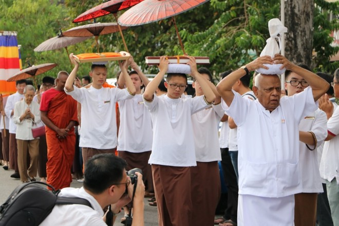 Achariya Vijaya conveying the Buddha-Relic and leading the procession.