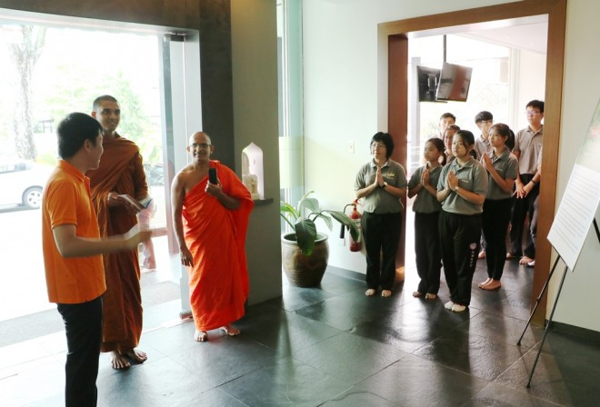 Bro.Tan and Dhamma School students sending the venerables off after their visit.