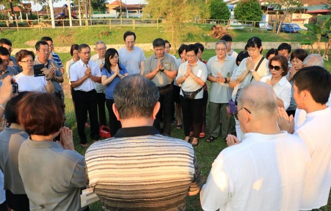 Bro. Tan leading the recitation of 'Paritta'.