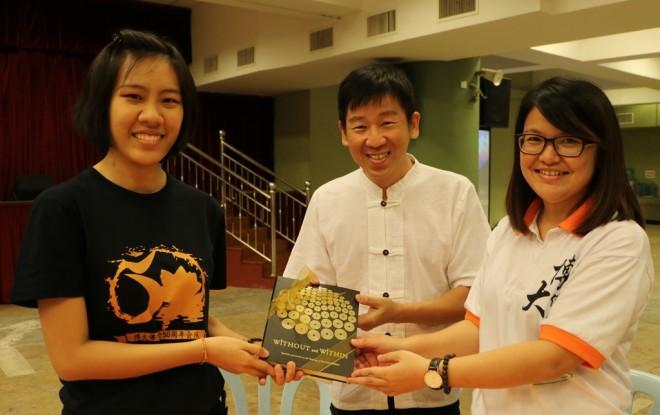 Bro. Tan presenting books to the Presidents of PBUPM and PBUPM Alumni Club.