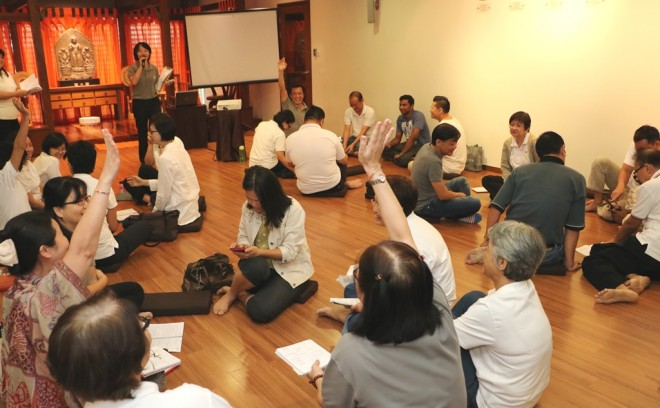 Group discussion after the Dhamma talk.