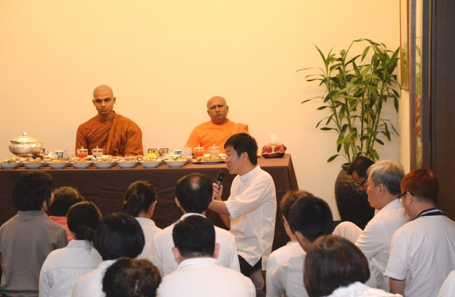 Bro. Tan leading in the offering of lunch dāna.