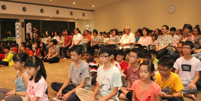The evening started with meditation.