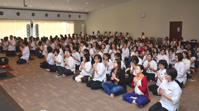The congregation then chanted Pāli verses to dedicate merits to King Bhumibol.
